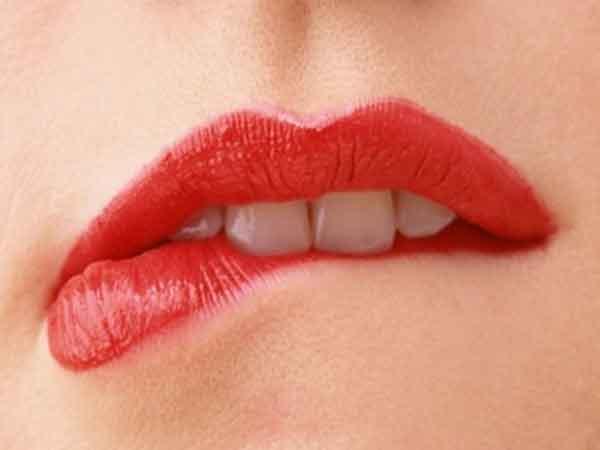 Giải mã hiện tượng cắn vào môi theo từng khung giờ