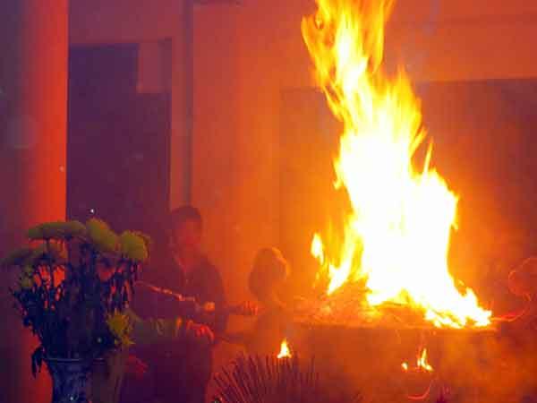 Cháy bát hương là điềm báo lành hay dữ?