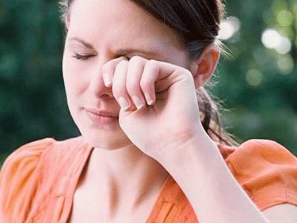 Ngứa mắt phải có điềm báo gì? tốt hay xấu?