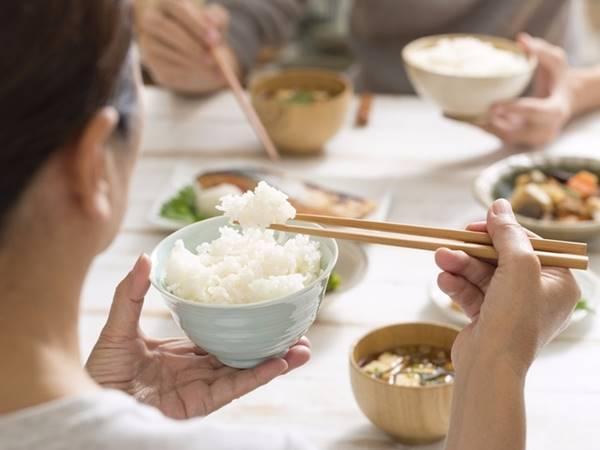 Nằm mơ thấy ăn cơm là điềm báo gì nên đánh con số nào
