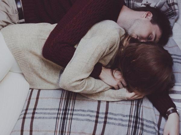 Nằm mơ thấy ôm nhau có điềm báo gì tốt hay xấu